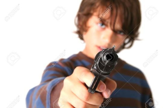 bambino con pistola